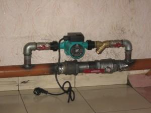 насос на радиаторе отопления