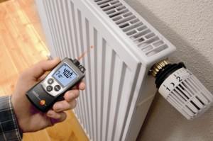 измерение температуры батареи отопления
