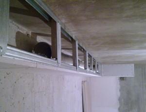 скрытие труб в потолке