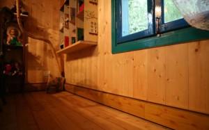 плинтусный обогреватель в деревянном интерьере