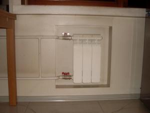 батарея отопления в нише под подоконником