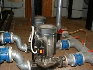 установленный водяной насос для отопления