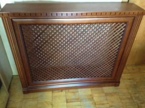 деревянный экран на батарее отопления