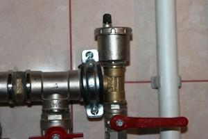 Клапан на батарее отопления для сброса воздуха