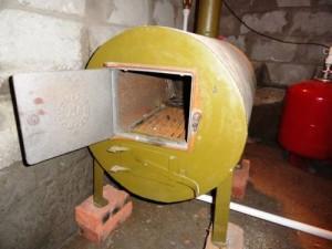 установленный самодельный котел на твердом топливе