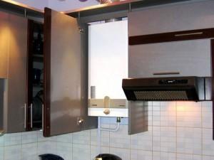 котел в кухонном шкафу